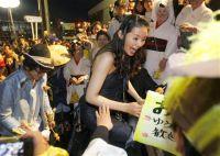 Актриса Манами Кониси раздаёт автографы. Следом за ней идёт Сюн Огури