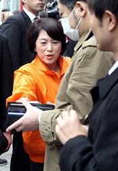 Государственный министр по делам потребителей и гендерному равенству Мидзухо Фукусима раздаёт листовки в ходе кампании против суицида. Станция JR Симбаси, Токио. 1-е марта 2010 г.