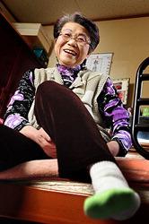 Кимиэ Киси показывает, как реабилитация позволила ей поднимать левую ногу