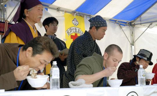 Участники соревнования по поеданию натто на скорость