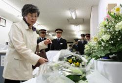 Память: Сидзуэ Такахаси, муж которой, Кадзумаса (50 лет), погиб в газовой атаке в Токийском метрополитене с применением нервно-паралитического газа после того как вынес пакет с зарином на станции Касумигасэки, возлагает цветы на станции в субботу