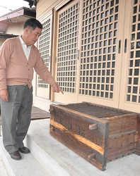 Тадаси Сунага перед ящиком для пожертвований. Храм Яма-дзиндзя, Уцуномия, префектура Тотиги. 1-е марта 2010 г.