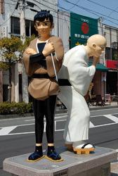 Статуи персонажей манги Сётаро Исиномори Сабу и Ити сфотографированы в Исиномаки, префектура Мияги, в апреле 2010 года