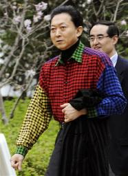 Юкио Хатояма в цветастой ковбойке на барбекю в своей официальной резиденции. 4-е апреля 2010 г.