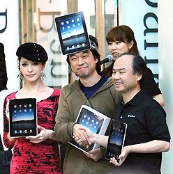 Один из покупателей (в центре) пожимает руку Масаёси Сону, президенту компании Softbank, на мероприятии, посвящённом началу продаж iPad в Японии. Сибуя, Токио. 28-е мая 2010 г.