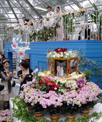 Свадебная церемония, проведённая в большой теплице. Маэбаси, префектура Сайтама. 23-е мая 2010 г.