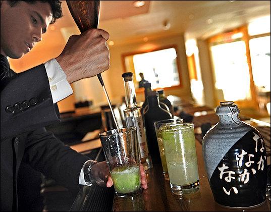 Аррис Нобл (Arris Noble), главный менеджер ресторана Сэй, добавляет сётю, традиционный японский алкогольный напиток, в коктейль Серебряный самурай
