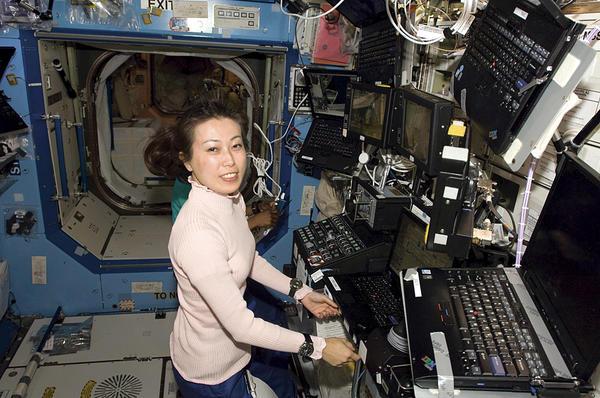 Японская астронавтка Наоко Ямадзаки (Naoko Yamazaki) за работой на Международной космической станции в апреле этого года. Япония опустилась на три позиции до 101 места в последнем докладе о гендерной дискриминации Мирового экономического Форума