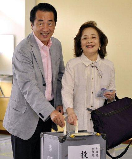 Наото Кан с супругой на выборах 11-го июля 2010 года