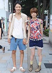 Парочка в шортах, токийский район Харадзюку. По их словам, в жару шортики просто незаменимы