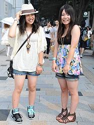 Учащиеся средней школы – тоже в шортах и тоже в Харадзюку. Эти 14-летние девочки устроили поход по модным магазинам во время летних каникул
