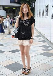 22-летняя девушка в шортиках, которые она обнаружила в модном магазине. По словам девушки, у неё дома насчитывается около семи пар шортиков