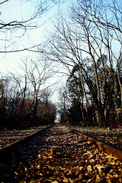Путь в никуда – грузовая линия Ахина (Ahina) управлявшаяся компанией Железные дороги Сэйбу (Seibu Railways) в Кавагоэ (Kawagoe), префектура Сайтама, все еще была видна в 1997 году, несмотря на то, что ее использование прекратилось 30 лет назад. (Фото Кёити Ямада)