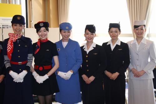 Форма стюардесс авиакомпании JAL различных годов