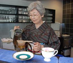 Норико Тэрахара, заявляющая, что всему научилась у своих клиентов, делает кофе