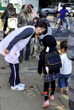 Воспитательница прощается с детьми. Детский сад Киёсэ, 9-е ноября 2010 г.