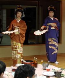 Юноша-гейша (справа), взявший сценический псевдоним Акари, выступает в банкетном зале гостиницы Matsukawaya Nasu Kogen Hotel