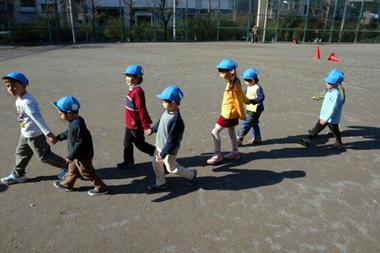 Детсадовцы идут играть в близлежащий парк