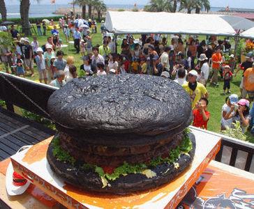 Огромный гамбургер, приготовленный в г. Миядзаки