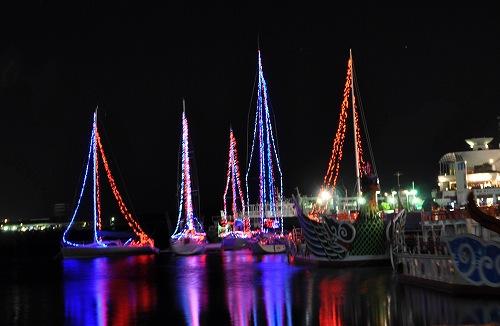 Украшенные огнями яхты в порту Сиогама