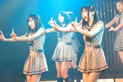 Участницы группы NMB48 во время дебютного представления, прошедшего в театре NMB48 в Тюо-ку, Осака. 1-е января 2011 г.