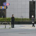 Молодые люди мёрзнут, но соблюдают сигналы светофора