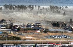 Цунами обрушивается на г. Натори, префектура Мияги. 11-е марта 2011 г.