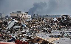 Разбросанные вокруг обломки зданий и автомобили. Район Миягино, г. Сэндай. 12-е марта 2011 г.