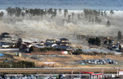 Цунами обрушивается на прибрежный город Натори, префектура Мияги. 11-е марта 2011 г.