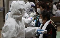 Проверка в одном из временных центров, где жители прилегающих к АЭС Фукусима-1 могут проверить уровень радиации. Корияма, префектура Фукусима. 16-е марта 2011 г.
