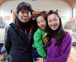 Нодзоми Мураками, её сын Юносукэ и Сэйки Абэ. Начальная школа Сидзугава, Минамисанрику, префектура Мияги. 22-е апреля 2011 г.