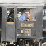 Машинисты в кабине паровоза C61-20. Обгонный путь станции JR Такасаки, 5-е июня 2011 г.