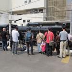Пассажиры и любители поездов наблюдают за соединением локомотива с вагонами