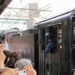 Машинист выглядывает из кабины в ходе соединения C61-20 с вагонами