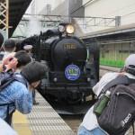 Пассажиры фотографируют подъезжающий C61-20
