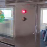 Красная лампочка указывает, что двери вагона открыты