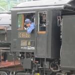 Машинист выглядывает из кабины во время разворота C61-20 на поворотному кругу. Станция JR Минаками, 5-е июня 2011 г.