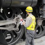 Механик смазывает привод C61-20