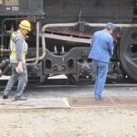 Машинист (справа) стряхивает угольный пепел. Станция JR Минаками, 5-е июня 2011 г.