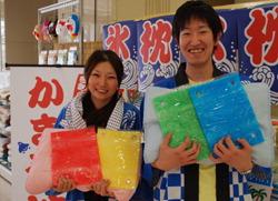 Сотрудники универмага Yagihashi  в Кумагая держат в руках подушки и прохладные наволочки