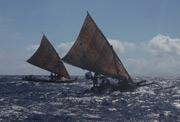 Ёсихару Сэкино вместе со своими спутниками плывёт на челноке к острову Исигакидзима (префектура Окинава)