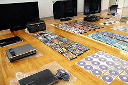 Вещи, предположительно украденные из покинутых домов в зоне отчуждения в Фукусиме. Полицейский участок Иваки Тюо. 2-е июля 2011 г.