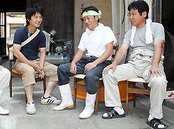 На новом месте: Ясуаки Конно (слева) общается с сотрудниками компании