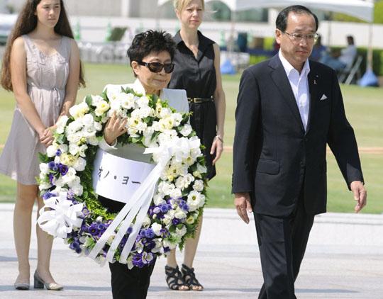 Йоко Оно и мэр Хиросимы Кадзуми Мацуи во время посещения Музея Мира