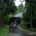 Это бетонное здание защищает знаменитый Золотой зал храма Тюсондзи от буйства стихий. 9-е июня 2006 г.