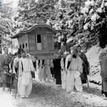 На плечах носильщиков покоится последнее пристанище одного из четырёх лидеров семейства северных Фудзивара, правившего в Хираидзуми в конце эпохи Хэйан. 22-е марта 1950 г. Впервые за 800 лет эти останки были извлечены из своих вместилищ для академических исследований