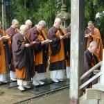 Буддийские монахи читают сутры перед Такадати Гикэй-до, где покоится знаменитый воин Минамото-но Ёсицунэ. 2-е мая 2007 г.