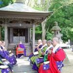Буддийские монахи читают сутры перед Такадати Гикэй-до, где покоится знаменитый воин Минамото-но Ёсицунэ. 2-е мая 2008 г.
