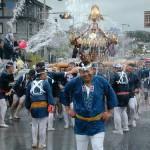 Фестиваль Мидзукакэ Микоси в Хираидзуми. Мужчины несут переносную святыню, а остальные участники фестиваля поливают их водой. 15-е июля 2007 г.