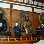 Монахи чистят статуи Будды. 21-е декабря 2007 г.